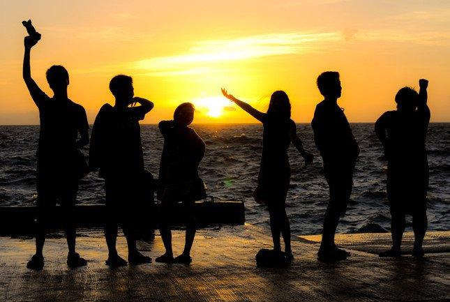 Bạn bè thật sự thì không chỉ cùng nhau nói chuyện quên thời gian, mà ngay đến lúc không nói lời nào cũng không cảm thấy ngại ngùng. (Ảnh: Internet)