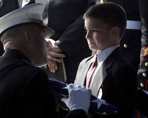 Cậu bé 8 tuổi, Christian Golczynski nhận lá cờ từ quan tài của cha mình, lính hải quân đã hy sinh khi làm nhiệm vụ.