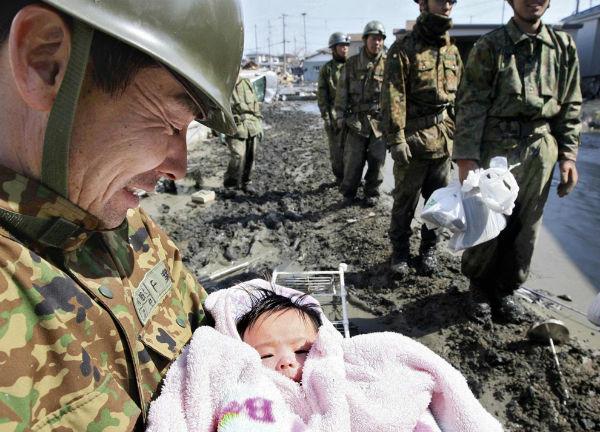 Bé gái 4 tháng tuổi được cứu sống thần kì sau thảm họa sóng thần ở Nhật Bản.
