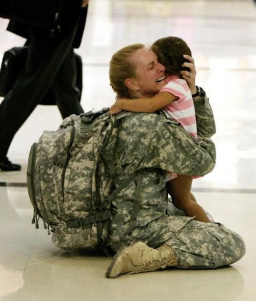 Terri Gurrola gặp con gái sau 7 tháng phục vụ ở chiến trường Iraq.