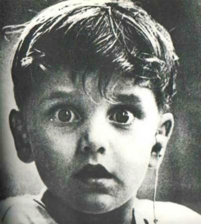 Biểu cảm của cậu bé khiếm thính lần đầu được nghe âm thanh của thế giới bên ngoài.