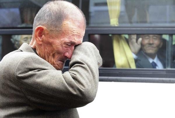 Hai anh em, người ở Triều Tiên, người ở Hàn Quốc sau hàng chục năm cách trở đã được đoàn tụ. Trong ảnh là giây phút chia ly của hai người.