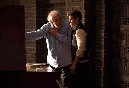 Phillip Noyce chỉ đạo diễn xuất trên phim trường The Giver.