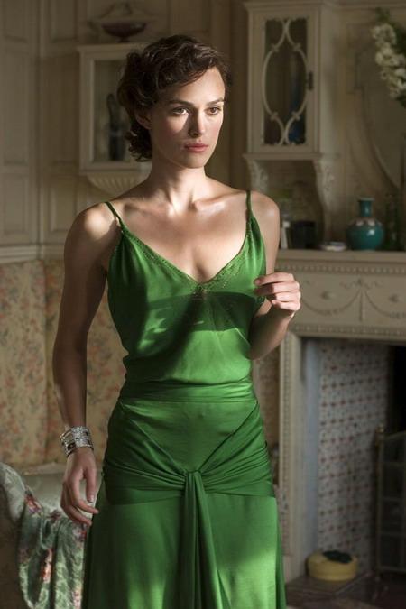 """Chiếc váy xanh nổi tiếng mà Keira Knightley diện trong phim """"Atonement""""."""