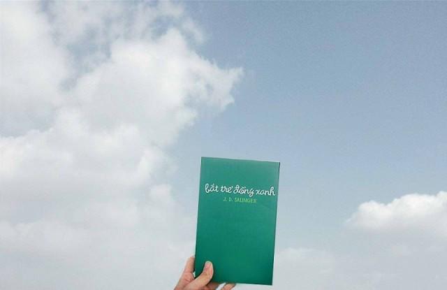Cuốn sách Bắt trẻ đồng xanh do công ty Nhã Nam phát hành