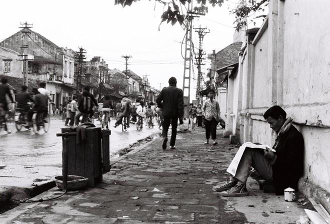 Trong những tác phẩm chụp Hà Nội cũ, Lê Vượng thường hướng góc máy vào những mái nhà phố cổ, một cành cây, một đường tàu điện cắt ngang phố hoặc những người dân bình dị đi trên đường.