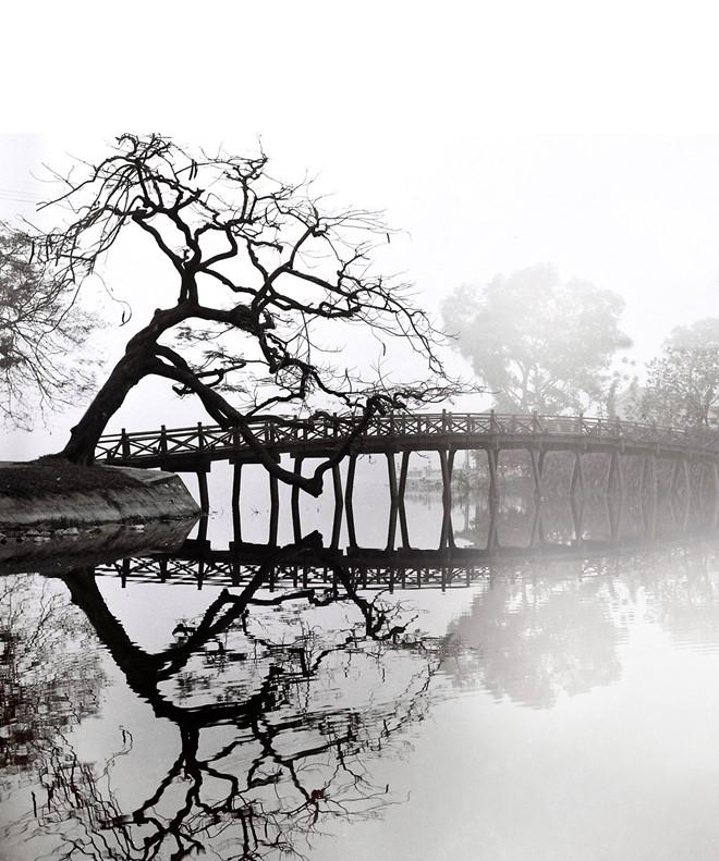 Nghệ sĩ Lê Vượng sinh năm 1918, cầm máy lần đầu năm 1936 khi 18 tuổi. Ông cho biết, lúc đó, chiếc máy ảnh quý trị giá bằng cả mảnh đất ở Hà Nội. Nhưng ông vẫn mua để chụp trong chuyến đi xuyên Đông Dương. Sau chuyến đi đó, Lê Vượng bắt đầu say mê và gắn bó với nghệ thuật nhiếp ảnh.