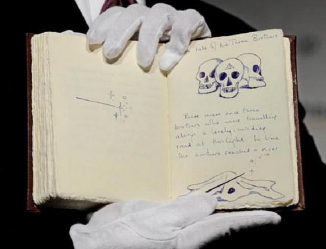 """Bản chép tay cuốn """"The Tales of Beedle the Bard"""" của J.K.Rowling"""