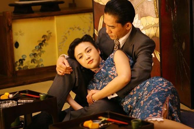 Hai diễn viên chính Lương Triều Vĩ và Thang Duy trong phim Sắc, Giới của đạo diễn Lý An dựa theo tác phẩm của Trương Ái Linh.