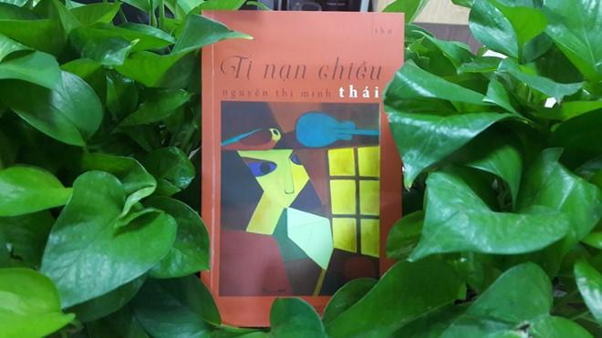 Tập thơ Tị nạn chiều được in 1.500 cuốn, trong đó 1.000 cuốn được bán làm từ thiện. Ảnh: Quang Đức.