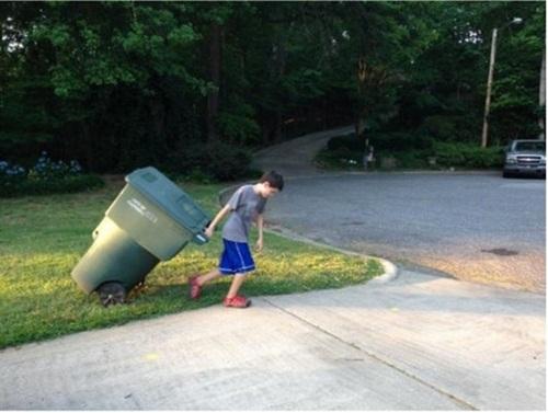 cau be 11 tuoi 2 Với triết lý: Tôi thích lao động chăm chỉ và kiếm thật nhiều tiền, cậu bé 11 tuổi đã làm giàu nhờ ý tưởng đổ rác hộ