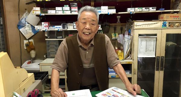 cu ong nhat ban Cụ ông 90 tuổi người Nhật quyết không đóng cửa hàng suốt 2 năm trời, lý do thực sự sẽ khiến bạn phải bất ngờ!
