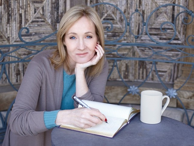J.K.Rowling cũng từng dùng bút danh khác để viết tác phẩm The Casual Vacancy