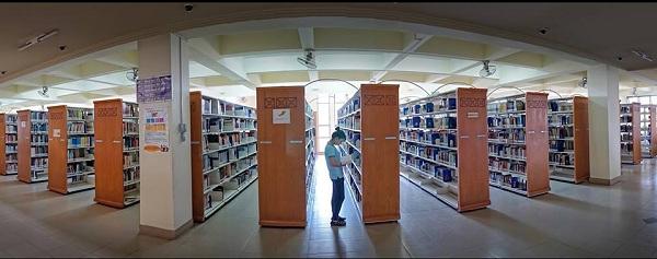 Các kệ sách lớn của thư viện Trung tâm ĐHQG