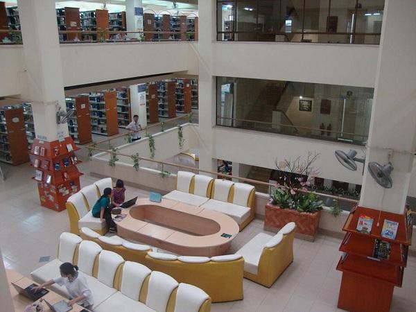 Thư viện còn có các ghế sofa thích hợp học nhóm