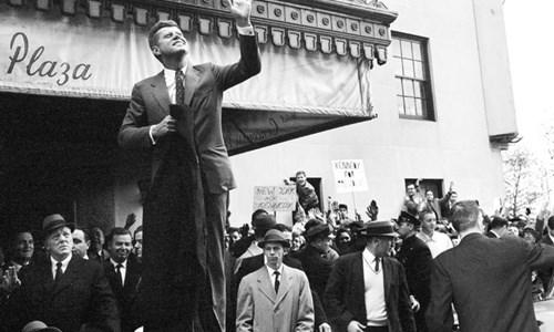 Ông John F. Kennedy, lúc này vẫn là một thượng nghị sĩ, tiếp xúc với những người ủng hộ bên ngoài khách sạn Concourse Plaza ở Bronx tháng 11/1960. Ảnh:New York Times