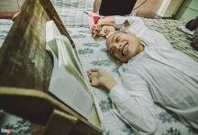 Photo of Chàng trai cả cuộc đời gắn chặt trên chiếc giường đọc sách