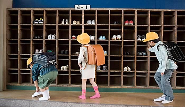 Kết quả hình ảnh cho thay giày ở trường