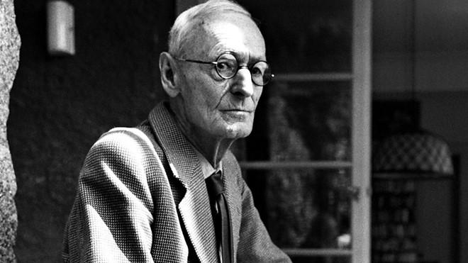 Nguồn gốc gia đình khiến Hermann Hesse từ nhỏ đã luân chuyển giữa hai giá trị văn hóa phương Đông và phương Tây.