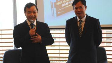 Ông Nguyễn Văn Phước, Giám đốc Trí Việt và tác giả Ken Bay (bên phải). Ảnh: Trọng Quân.