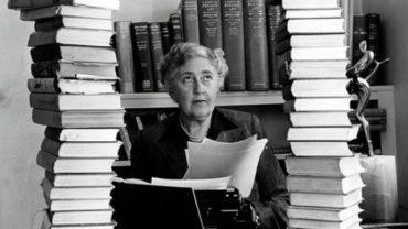 """nha van agatha christie 370x208 - Sự thật có thể bạn chưa biết về """"nữ hoàng truyện trinh thám"""" Agatha Christie"""