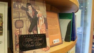 sach kieu hanh va dinh kien 370x208 - Jane Austen: Trái tim cô đơn và những câu chuyện tình bất hủ
