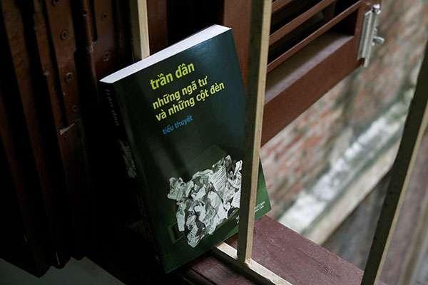 sach tran dan nhung nga tu va nhung cot den 1 Những ngã tư và những cột đèn: Hiện tượng văn học Việt Nam vươn ra thế giới