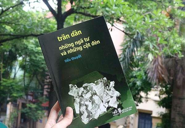 sach tran dan nhung nga tu va nhung cot den 2 Những ngã tư và những cột đèn: Hiện tượng văn học Việt Nam vươn ra thế giới